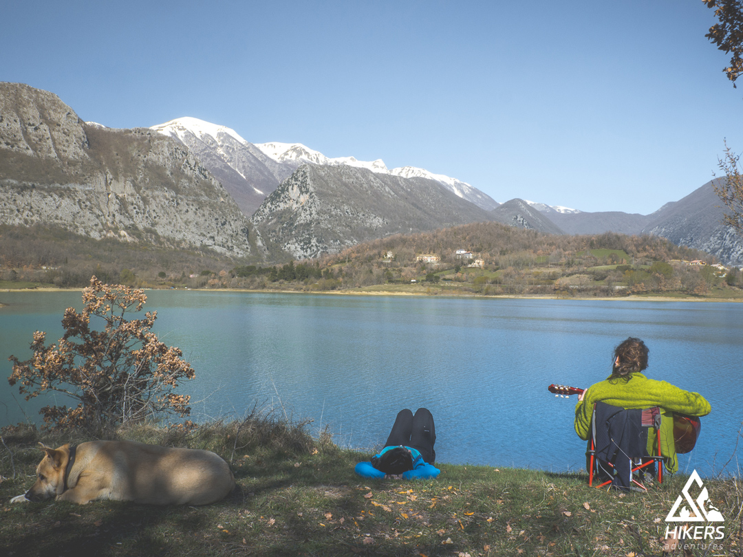Ragazzi suonano la chitarra sulle rive del lago San Vincenzo